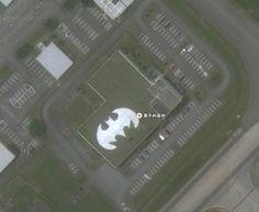 実は嘉手納基地にはバットマンの基地もあるんです!!  以前もフェイスブック上で話題になりましたが  Google Mapで嘉手納基地を見ると・・・・ Okinawa, Group, Facebook, Google