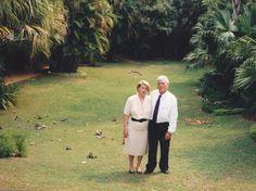 En el jardin de la casa esperando para ir a la recepción de Pte Wasmosy y pte. Felipe Gonzalez.Nos había invitado la embajadora que era buena amiga.