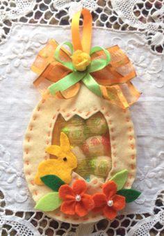 Uovo di pannolenci ripieno di ovetti di cioccolata