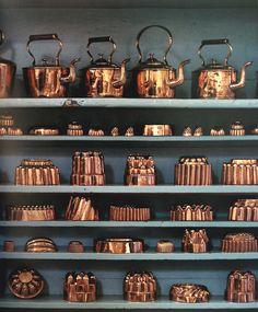 Conran Kitchen *Sigh* Copper kettles and copper molds. Copper Pots, Copper And Brass, Antique Copper, Home Decor Items, Cheap Home Decor, Home Decor Accessories, Copper Decor, Wabi Sabi, Vintage Kitchen