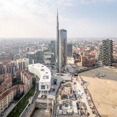 Skyline Milano, vista diurna su Porta Nuova e il grattacielo Unicredit. Milano, Italia. Milan, Italy urban cityscapes, Unicredit Tower.