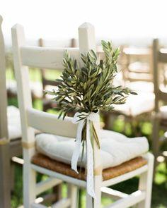 Une chaise de mariage avec un bouquet