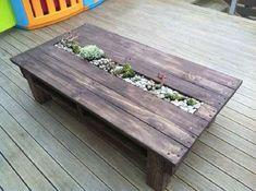 15. Para quem gosta de plantas, uma boa ideia é fazer uma mesa de pallet com um espaço para cultivar as plantinhas