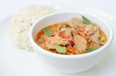 Rød karry (Red Curry) - Lav thai mad – Rød karry er en slags stuvning, på samme måde som Massaman og Penang er. Jeg vil egentlig hellere kalde det en suppe, da vi typisk opfatter en stuvning som noget der er kogt sønder og sammen. Og det er absolut ikke tilfældet med thai mad. For ligsom med alt andet thai mad er Rød Karry nemt og hurtigt at tilberede og det... #aubergine #chili #fiskesovs