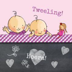 Lief geboortekaartje voor twee meisjes, met krijtbord, blauw geruite strook en de tweeling die met hun poppen speelt.