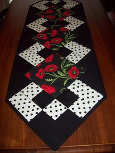 Quilt / Patchwork Poppy Table Runner by klassenkreations on Etsy Jewelry Christmas Gifts That Sparkl Quilted Table Runners Christmas, Patchwork Table Runner, Halloween Table Runners, Table Runner And Placemats, Table Runner Pattern, Lap Quilts, Mini Quilts, Polka Dot Quilts, Etsy Quilts