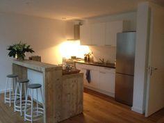 Bestaande eenvoudige keuken uitgebreid met extra keukenblok met lades en bar. Alles ontworpen en vervaardigd door www.steigerhoutenzo.com.