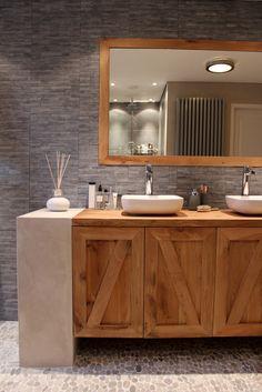 Mueble de cemento y madera, piso y paredes de piedra.