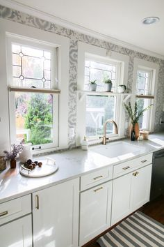 This kitchen masterminded by Jessica Nelson Design is bringing together the charm of craftsman style architecture with the modern beauty of quartz and brass finishes and a showstopping cement tile installation. Bungalow Kitchen, Craftsman Kitchen, Craftsman Style, Craftsman Homes, 1920s Kitchen, Vintage Kitchen, Kitchen Dining Room Wallpaper, Foyer Wallpaper, Layout Design