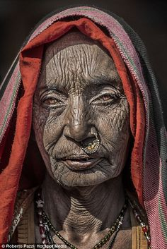 Roberto Pazzi takes intimate portraits of Indian paupers in villages | Daily Mail Online