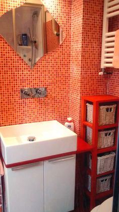 Sfruttare lo spazio in un bagno di 2 mq. Il lavandino è stato inserito nella nicchia tra le ...