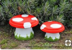 Mushrooms made of flower pot and paint Knitting sewing crochet tutorials children crafts papercraft jewlery needlework swaps cooking and so Flower Pot People, Clay Pot People, Flower Pot Art, Flower Pot Crafts, Clay Pot Projects, Clay Pot Crafts, Painted Flower Pots, Painted Pots, Garden Crafts