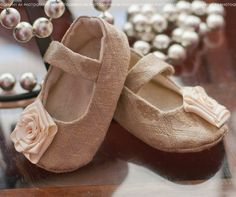 Elegant baby shoes--cant wait to teach her to say Shooess! Chloe Fashion, Fashion Shoes, Marine Baby, Ballet Shoes, Dance Shoes, Painted Sneakers, Old Shoes, Shoe Gallery, Baby In Pumpkin