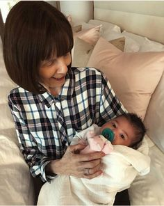 Filha da Kylie jenner ( Stormi) com a bisa avó, mãe da Kris jenner.