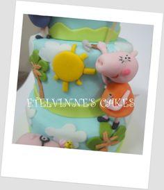 BOLO FAMÍLIA DA PEPPA PIG- Bolo Cenográfico em 3 andares em pasta de açúcar. Peppa Pig e sua Família preparam a festa de aniversário para a Sophia. Haja trabalho em Peppa Pig. Parabéns Sophia!