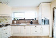 Placarea de perete de deasupra chiuvetei este realizată din același material cu blatul de lucru. Decor, Design Case, Cabinet, Kitchen, Interior Design, Home Decor, Studio, Kitchen Cabinets