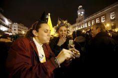 El porqué de las cosas ¿Por qué celebramos la Nochevieja y el Año Nuevo?  Dos mujeres celebran la Nochevieja en la Puerta del Sol de Madrid. / JAVIER CUESTA