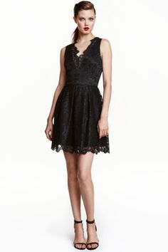 Lace dress: Short, sleeveless dress in lace with raw edges, a V-neck front and back, visible zip at the back, seam at the waist with pleats and a gently flared skirt. Lined.