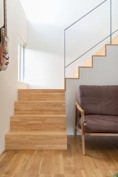 Modern frame house in Hitaichi, Aichi prefecture. Wooden Staircase Design, Railing Design, House Staircase, Modern Stairs, Minimal Home, Japanese Interior, Modern Farmhouse Decor, Home Additions, Interior Architecture