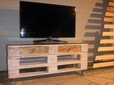 Whitewashed Mobile Pallet TV Stand Has Drawers Too!   1001 Pallets ideas !   Scoop.it