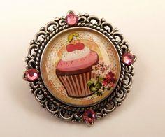Kleine Brosche in silber mit Erdbeer Muffin von Schmucktruhe