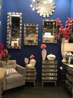 Hoy jueves decoramos con espejos en paredes y muebles. Más luz, más amplitud, más profundidad .... Más vida!!!