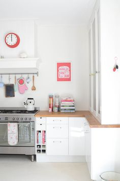 I am -dying- for some white kitchen cabinets!  Can't wait 'til Spring when I can get outside and paint away ^.^