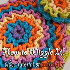 "I found a great way to get the wiggly crochet look, but in the round! I'm not sure if it's officially ""wiggly crochet"" anymore, but it definitely uses the same general idea. Crochet Round, Crochet Home, Crochet Gifts, Free Crochet, Double Crochet, Crochet Potholders, Crochet Stitches, Wiggly Crochet Patterns, Crochet Dishcloth Patterns"