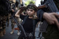 29 Breathtaking Photographs of the Human Race you (Probably) Haven't Seen A Palestinian girl with a Kalashnikov rifle, amid Islamic Jihad militants in Gaza City We Are The World, People Of The World, Photo Compilation, Photos Du, Cool Photos, Amazing Photos, Hannah Höch, Kalashnikov Rifle, James Nachtwey