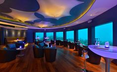 Bar, restaurante, balada. Até aí, nada de novo. Mas já imaginou como seria se pudesse desfrutar dessas três coisas no fundo de um oceano? Essa é a proposta da Subsix, a primeira casa noturna subaquática, que, como se não bastasse, está localizada em uma das praias maravilhosas das Ilhas Maldivas. Situada a 500 metros da costa e a seis metros de profundidade nas águas mornas do Oceano Índico, o bar oferece uma vista panorâmica sobre a vida marinha exótica da região.