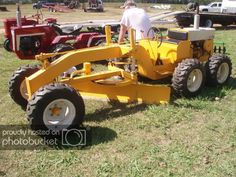 International Cub Cadet into a Grader.Ironically IH never made a motor grader.But John Deere did Small Tractors, Old Tractors, Lawn Tractors, Kubota Tractors, Tractor Mower, Compact Tractors, Lawn Mower, Cub Cadet Tractors, Bago