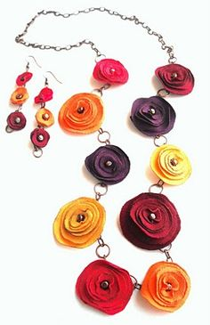 Flower necklace and earrings Textile Jewelry, Fabric Jewelry, Beaded Jewelry, Jewellery, Fabric Flowers, Paper Flowers, Fabric Flower Necklace, Bijoux Diy, Handmade Flowers