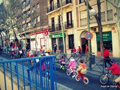 Niños del colegio público Rufino Blanco, que una o dos veces al año se organizan para llegar al cole en bici. En la foto se ve a un grupo de ellos pasando por una de los laterales de la Plaza de Olavide. Foto de Ángel de Olavide.