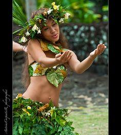 ۞ The Gentleman Hawaiian Woman, Hawaiian Girls, Hawaiian Dancers, Polynesian Dance, Polynesian Culture, Vestidos Luau, Tahitian Costumes, Hawaii Hula, Aloha Hawaii