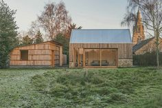 Ce projet comprend une collection de nouveaux bâtiments de style agricole dans un petit village du Northamptonshire. Les propriétaires ont demandé aux architectes la démolition du garage, de l'abri de jardin et de ce qui restait d'une ancienne porcherie.  À la place, ils ont demandé la création d'un studio indépendant, un bâtiment de stockage pour le jardin avec une pièce pour un bureau à une extrémité et une serre à l'autre extrémité. Prenant les murs de la porcherie d'origine comme...