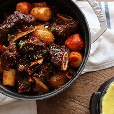 한국 사람 하면 '밥심'인데요~ 그 밥심에 가장 잘 어울리는 메뉴가 갈비찜이라고 생각돼요. 맛깔나는 양념을 품은 풍성한 고기와 재료들이 언제 먹어도 맛있답니다. 명절에는 물론 별미로...