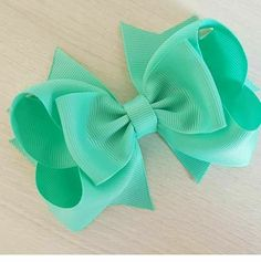 Discover thousands of images about Tutorial--How to make 2 layer boutique hair bows. Diy Hair Bows, Making Hair Bows, Ribbon Hair Bows, Diy Bow, Mint Hair, Hair Bow Tutorial, Boutique Hair Bows, Diy Hair Accessories, Girls Bows