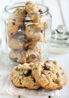 Moist and chewy, these Cranberry Brown Sugar Cookies call for dried cranberries and golden raisins, but currants or dried raspberries would work just as well. Cranberry Cookies, Chocolate Morsels, Chewy Chocolate Chip Cookies, Chocolate Chips, Oatmeal Cookie Recipes, Oatmeal Cookies, Top Dessert Recipe, Dessert Recipes, Desert Recipes