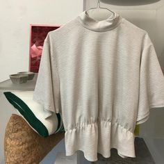 Flattering t-shirt in a white jersey with grey dots
