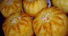 Ingrediente (pentru 10 muffins): 3 oua 150 g zahar 250 g faina de cocos g cocos + 25 g faina) 250 ml frisca lichida ml frisca + 50 ml lapte) un pliculet zahar vanilat 12 g praf de copt Mod de preparare: Mixam intai bine. Muffins, Food And Drink, Bread, Vegetables, Ethnic Recipes, Recipies, Muffin, Brot, Vegetable Recipes