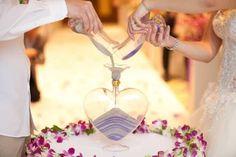 Para los que quieren dar el sí quiero acompañados de la ceremonia de la arena, hemos encontrado algunos textos para que te animes por este sentido ritual. Dusty Rose Wedding, Purple Wedding, Dream Wedding, Unity Ceremony, Wedding Ceremony, Wedding Decor, When I Get Married, Decoration Table, Marie