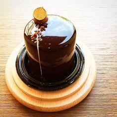 En avant le chocolat... Avec le caraïbe  biscuit croustillant cacao / fleur de sel et cœur crémeux #repost @cyrillignac @benoitcouvrand #cyrillignac #TrueFoodies #fortruefoodiesonly