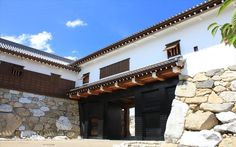 愛媛県 今治城 鉄(くろがね)御門  建てられた当初は都市経営の要として重要な役割を果たした今治城。いろんな歴史を経て2007年に復元。当時の趣を感じられますね♪