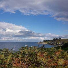 Sur les sentiers côtiers de Belle Île entre la plage des Grands Sables et Port Yorc'h.  #belleile #sentiercotier #randonnee #baladebelleile #tourismebelleile