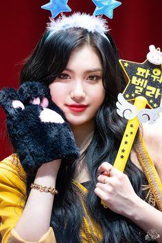 Yuehua Entertainment, The Most Beautiful Girl, South Korean Girls, Kpop Girls, Girl Group, Female, Twitter, Fashion, Moda