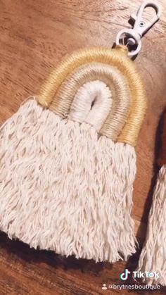 Macrame Design, Diy Keychain, Macrame Tutorial, Boho Diy, Macrame Patterns, Yarn Crafts, Handmade Crafts, Diy Gifts, Rainbow