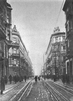 Widok w kier zachodnim od ul Marszałkowskiej. Art And Architecture, Old Photos, Railroad Tracks, Illusions, Funny Pictures, Old Things, Around The Worlds, Street View, City