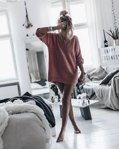 Oversized sweater has had a place on fashion for the last two years, based on its cozy and slim. So this year's sweater trend has focused on details, such as sl