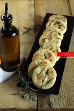 Focaccine in padella: used baking powder instead of soda + cream of tartar Focaccia Pizza, Good Food, Yummy Food, Happy Foods, Artisan Bread, Food Menu, Creative Food, Gelato, Italian Recipes