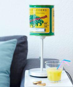 Veja na Revista Westwing dicas para reaproveitar e estilizar a casa com latas decoradas. De organizadores e a abajures, você terá boas ideias para reciclar!
